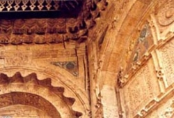 Longitudinal cracks at the niche entrance and in circular niche -- Missing ceramic ornamental tiles.